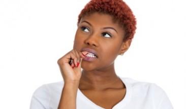 femme noire cheveux courts