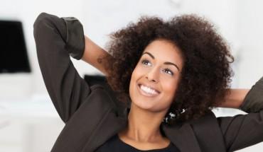 Femme metisse cheveux boucles