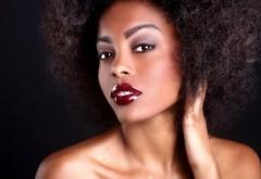 femme noire et metissee peau mixte