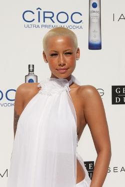 amber_rose_exemple_coloration_cheveux_blond_et_femme_noire